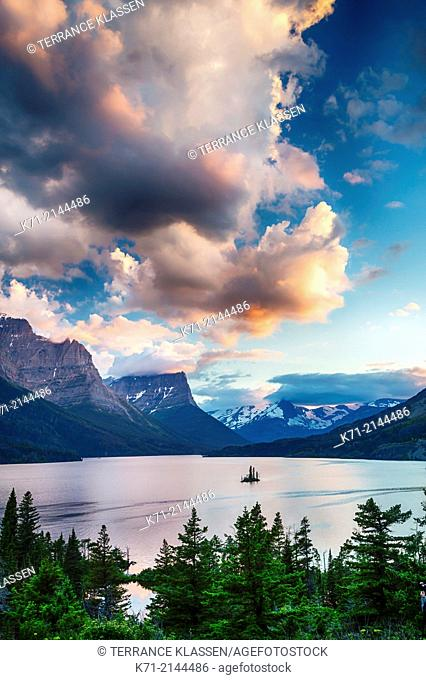 St. Mary Lake and Wild Goose Island at sunrise in Glacier National Park, Montana, USA