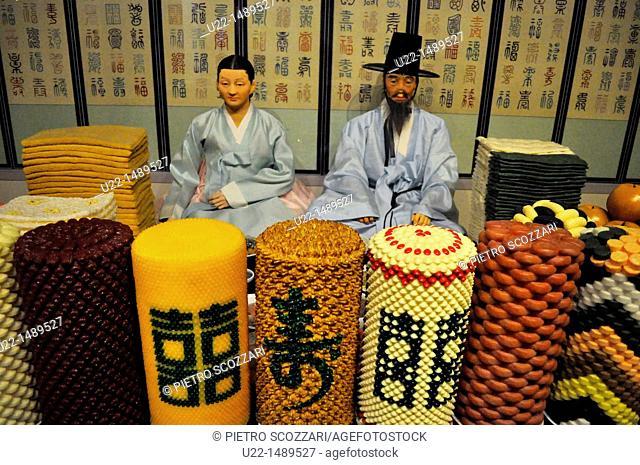 Seoul (South Korea): traditional Korean family at the National Folk Museum