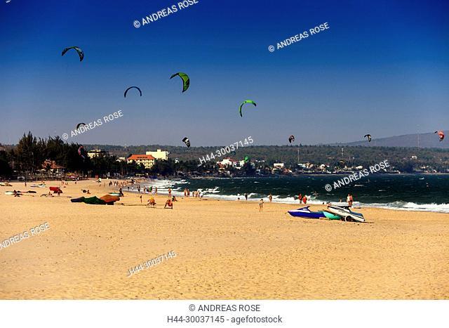 Kite surfen amStrand vor dem Saigon Mui Ne Resort, Mui ne, Vietnam, Asien