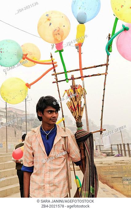 Vendor of ballons on river Ganges, Varanasi, Benares, Uttar Pradesh, India, Asia