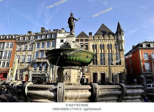 Germany, North Rhine Westphalia, Aachen, Markt square, Haus Löwenstein, one of the oldest house in the city and station of the route Charlemagne and the...