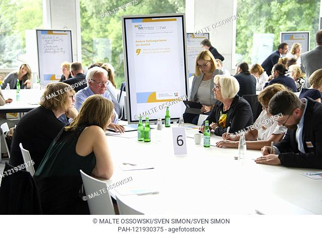 """Feature, symbolic photo, border motif, discussion group, panel, working group, discussion, Ruhr conference, theme forum """"""""Utilizing potentials of the..."""