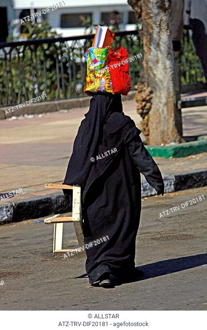 MUSLIM WOMAN & RED BAG ON HEAD; ASWAN, EGYPT; 10/01/2013