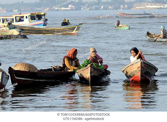 Pasar Terapung floating market, Kuiin and Barito rivers, Banjarmasin, Kalimantan, Indonesia