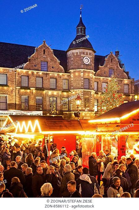 Menschen auf dem Weihnachtsmarkt mit dem Rathaus, Duesseldorf, Nordrhein-Westfalen, Deutschland, Europa