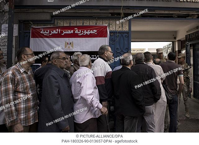 dpatop - Egyptians queue up outside a polling station to cast their votes on the first day of the 2018 Egyptian presidential elections, in Cairo, Egypt
