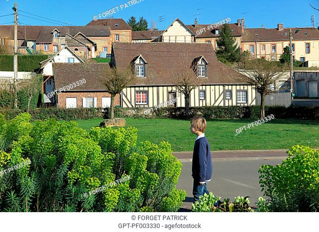 CHILD IN FRONT OF THE BRICK AND HALF-TIMBERED HOUSES, CITY OF RUGLES, (27) EURE, FRANCE