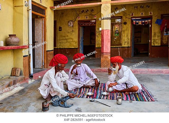 India, Rajasthan, Meda village around Jodhpur, Rabari ethnic group, tea time