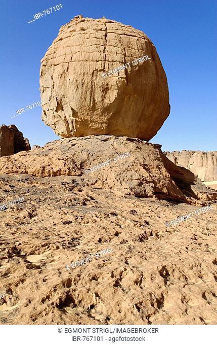 Eroded rock formation, round boulder balanced on a rock base in Tin Akachaker, Tassili du Hoggar, Wilaya Tamanrasset, Algeria, Sahara, North Africa