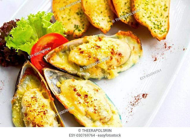 mussel, Baked mussels with cheese and garlic bread