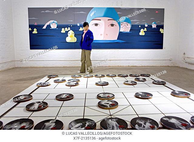 Chen Ling Hui Contemporary Space. Nº4 Jiuxianqiiao Road, in Dashanzi 798 Art District. At top painting by Zhao Jihua. Below work by Li Bo,Beijing, China