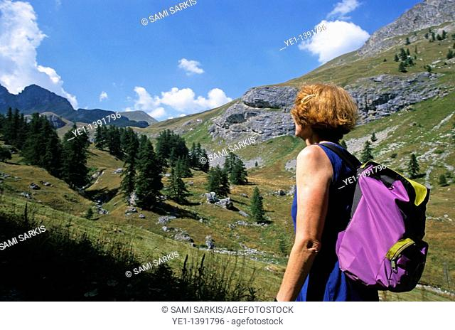 Woman hiker looking out over the mountainous landscape