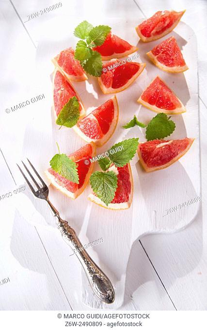 Presentation on cutting red grapefruit segments