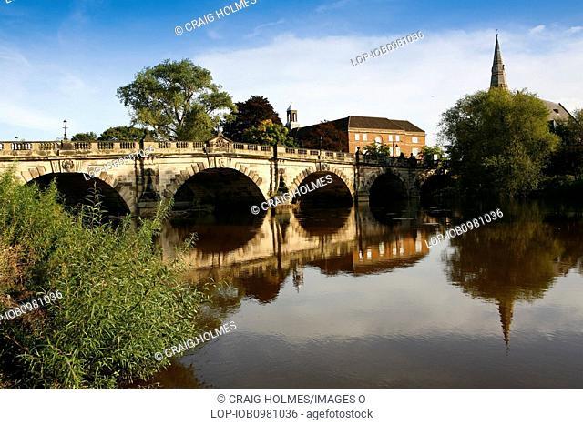 England, Shropshire, Shrewsbury. The English Bridge, built around 1770, spanning the River Severn
