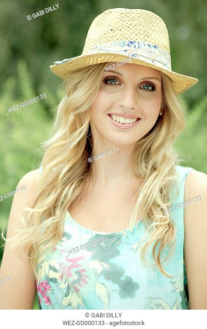 Germany, Oberhausen, Portrait of young woman, smiling