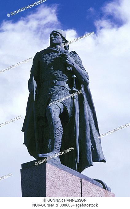 A statue of Leif Erickson in front of Hallgrimskirkja