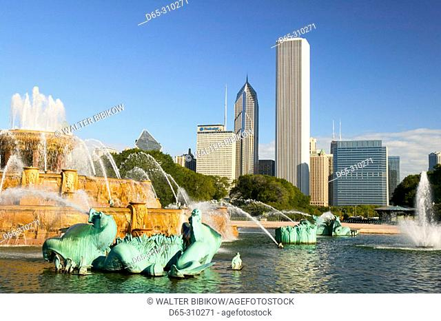 Grant Park, Buckingham Fountain and view of the city. Chicago. Illinois, USA