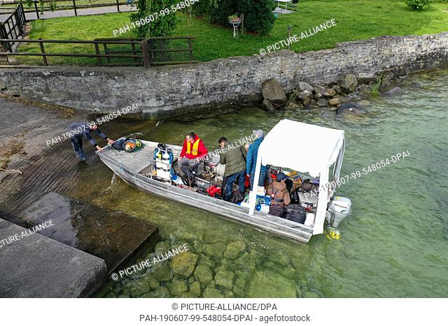 06 June 2019, Switzerland, Uttwil: Archaeologists and geologists drive out onto Lake Constance to a drilling platform. Near the shore