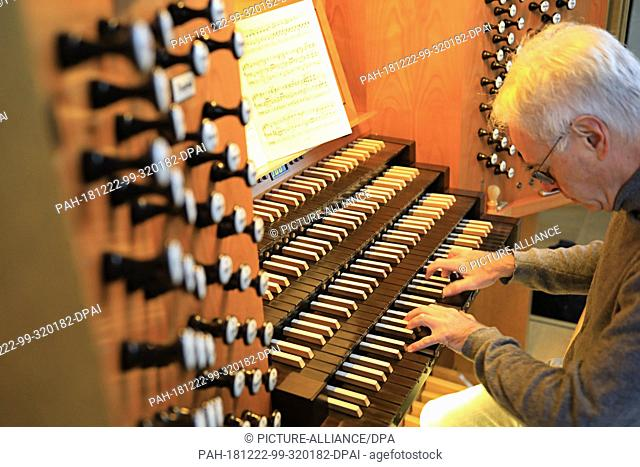 07 December 2018, Saxony-Anhalt, Magdeburg: Cathedral cantor Barry Jordan plays the organ in Magdeburg Cathedral. 10 years ago the large organ on the Westempore...