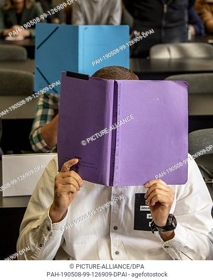 08 May 2019, Hamburg: Two of the eight defendants in the trial for robbery and cocaine trafficking are waiting for the trial to begin