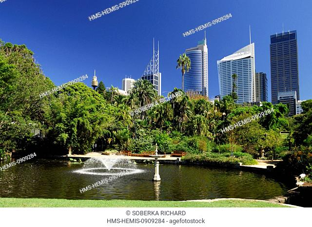 Australia, New South Wales, Sydney, Royal Botanic Gardens at the foot of the buildings, body of water surrounded by greenery