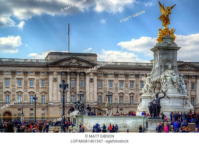 England, London, Buckingham Palace. Tourists gather outside Buckingham Palace