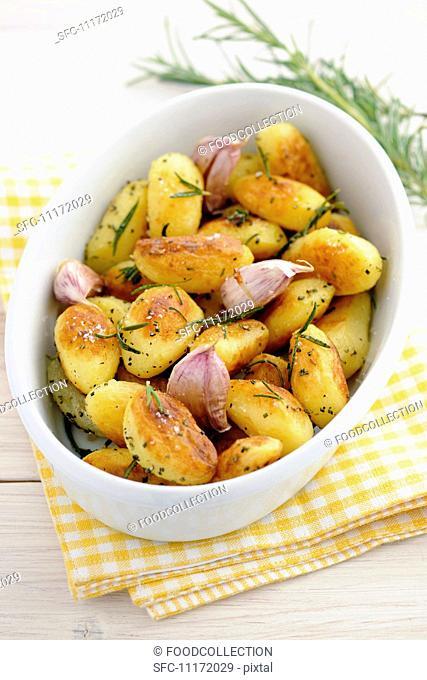 Roast potatoes with rosemary and garlic
