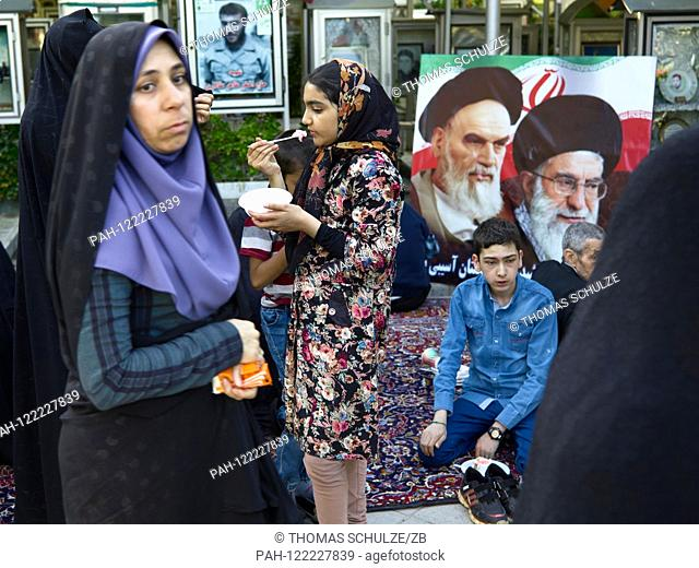 20.04.2017, Iran, Tehran: A funeral at the cemetery Behehst-e Zahra near the Khomeini mausoleum in the south of the Iranian capital Tehran, recorded on 20