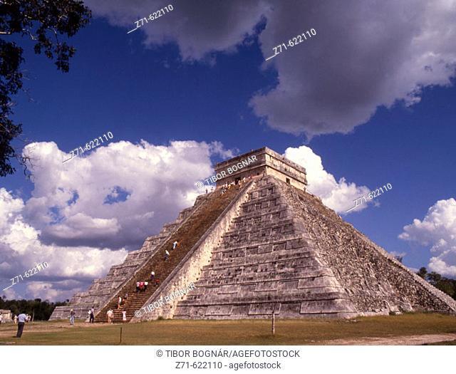 El Castillo (Kukulkan Temple). Mayan ruins. Chichen Itza, Yucatan, Mexico