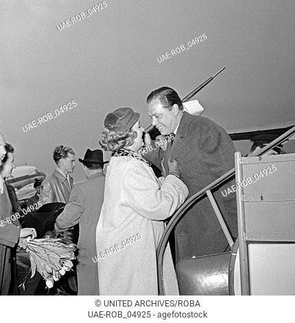 Helmut Zacharias wird von seiner Frau Hella am Flughafen Hamburg bei der Ankunft begrüßt, Deutschland 1950er Jahre. His wife Hella welcomes her husband