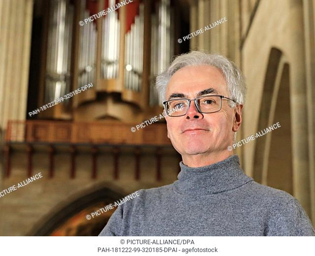 07 December 2018, Saxony-Anhalt, Magdeburg: Cathedral cantor Barry Jordan stands in front of the organ in Magdeburg Cathedral