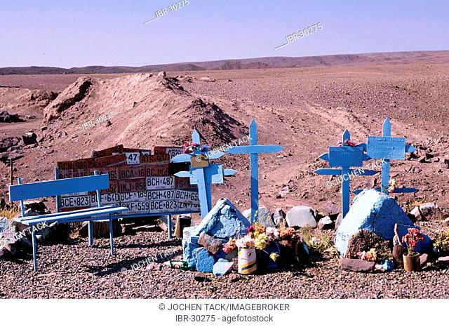 CHL, Chile, Atacama Desert: memorial place for victims of traffic accidents in the desert