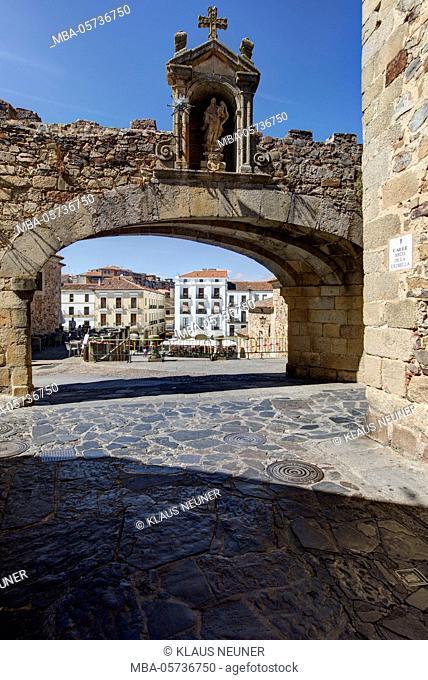 View on Plaza Mayor, arch, passage, Arco de la Estrella in Cáceres, Extremadura, Spain, Europe