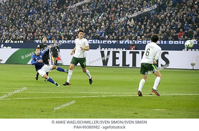Yevhen KONOPLYANKA l. (GE) schiesst das goal zum 1:0, versus Thomas DELANEY r. (HB) und Milos VELJKOVIC (HB), Aktion, Fussball 1. Bundesliga, 21