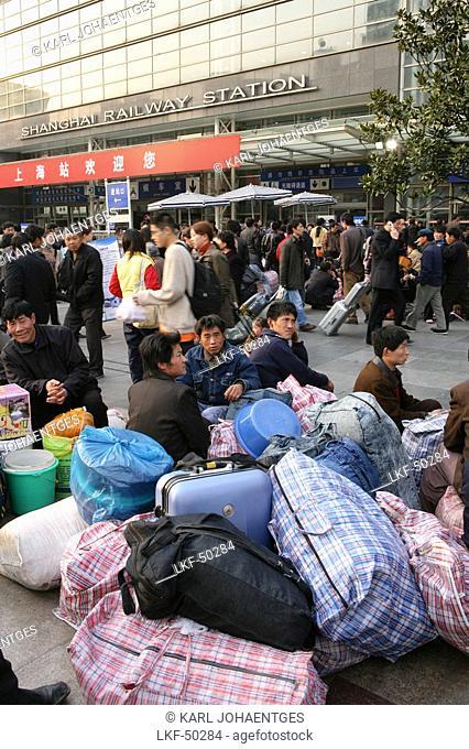 Railway Station, Kartenspielen, Passengers waiting, play cards