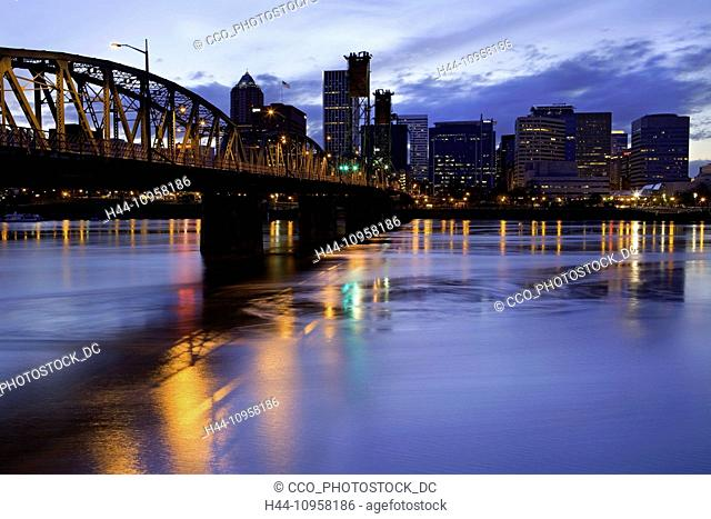 Downtown Portland, Oregon reflects off the Willamette River early in the evening. Portland, Oregon, USA