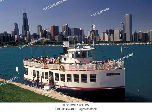 tour boat, Chicago, IL, Illinois, Lake Michigan, Sightseeing tour boat loading passengers in Chicago Harbor. View of downtown skyline from the Lakeshore in...
