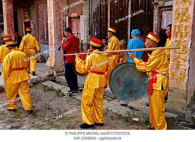 China, Fujian province, Taxia village, religious festival, the monk show the gods statues to the villagers