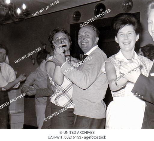 Zu den Klängen der Musiktruhe, eines Tonbandgerätes oder sogar einer Musikkapelle pflegte man in den 1950er / 1960er Jahren ein Tänzchen