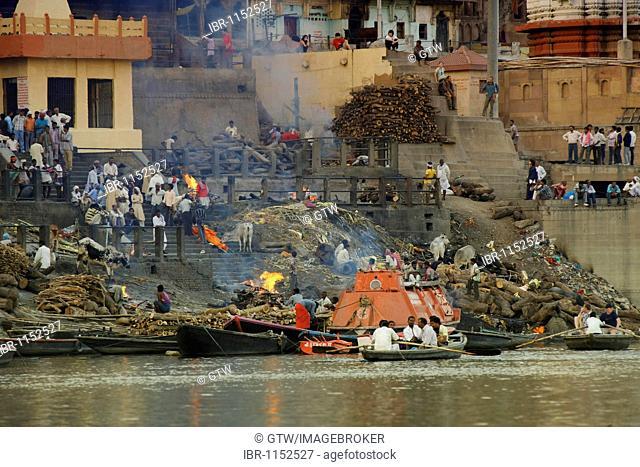 Ritual cremation on the Manikarnika Ghat, Varanasi, Benares, Uttar Pradesh, India, Asia