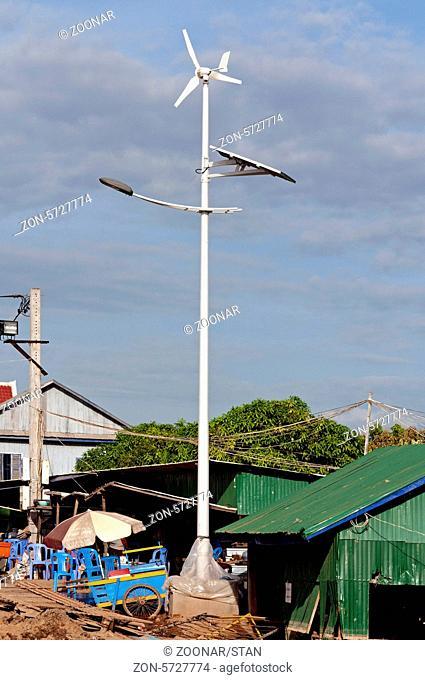 Neue von Wind- und Sonnnenenergie betriebene Strassenbeleuchtung, Areyskat village, Phnom Penh, Kambodscha / New solar and wind hybrid street light
