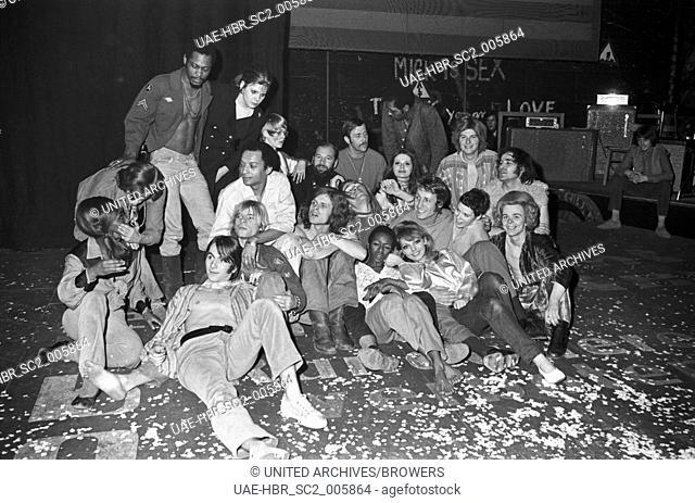 """Ensemble des Musicals """"""""Haare"""""""" in München, Deutschland 1960er Jahre. Actor group of musical """"""""Hair"""""""" at Munich, Germany 1960s. 24x36swNeg357"""