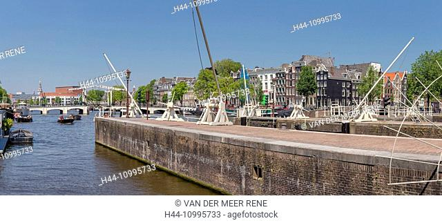 The Skinny Bridge and the river Amstel-locks