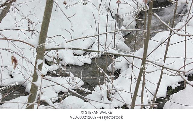 Kleiner Fluss in einer schneebedeckten Landschaft