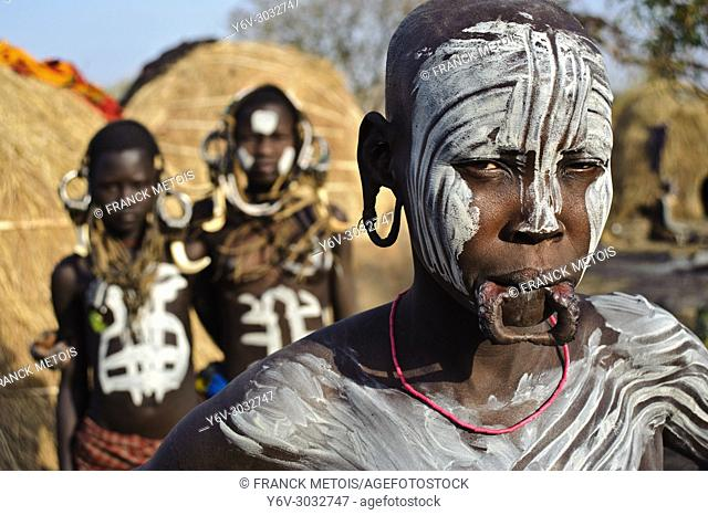 Woman and teenage girls belonging to the Mursi tribe ( Ethiopia)