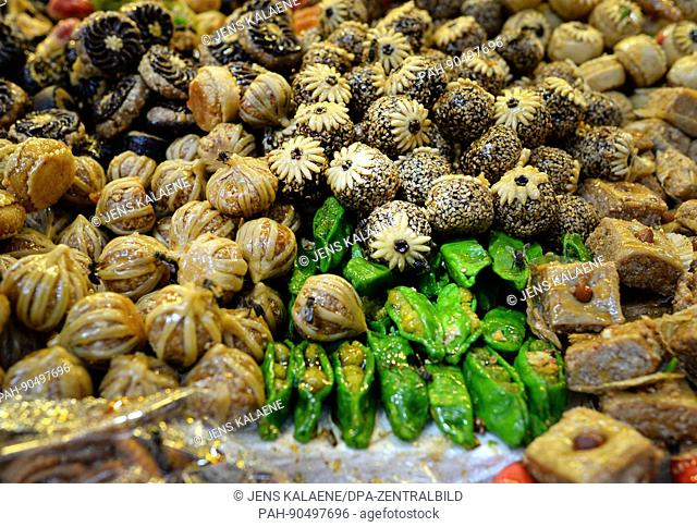 Pastries are sold at a stand in a Souk in Marrakesh, Morocco, 19 April 2017. Many bees sit on the sweet pastries. Photo: Jens Kalaene/dpa-Zentralbild/ZB | usage...