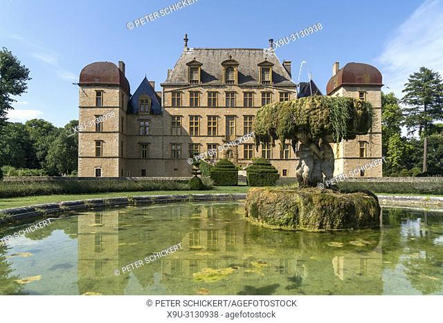 Brunnen vor dem Schloss Chateau de Flecheres, Fareins, Auvergne-Rhone-Alpes, Frankreich | fountain, castle Chateau de Flecheres, Fareins, Auvergne-Rhone-Alpes