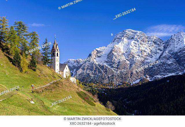 Die Barbarakapelle - Chiesa di santa Barbara im Ort Wengen - La Valle, im Gadertal - Alta Badia in den Dolomiten von Suedtirol - Alto Adige