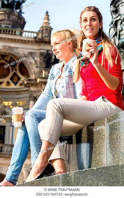 Frauen vor Semperoper in Dresden
