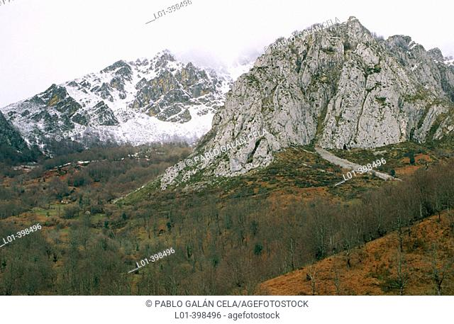 Picos de Europa. Near Puerto del Ponton. Winter. León Province. Spain